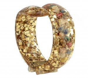 A Vintage 1960's Retro Lucite Inlaid Shells & Cubes Sparkle Bangle