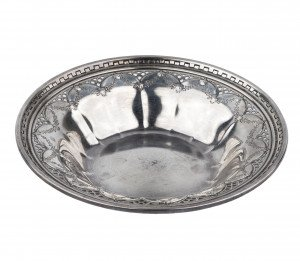 A Vintage Wreath Decorated Sterling Silver Dish