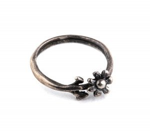 A Vintage Handmade Minimalist Flower Pedal Ring Size 6